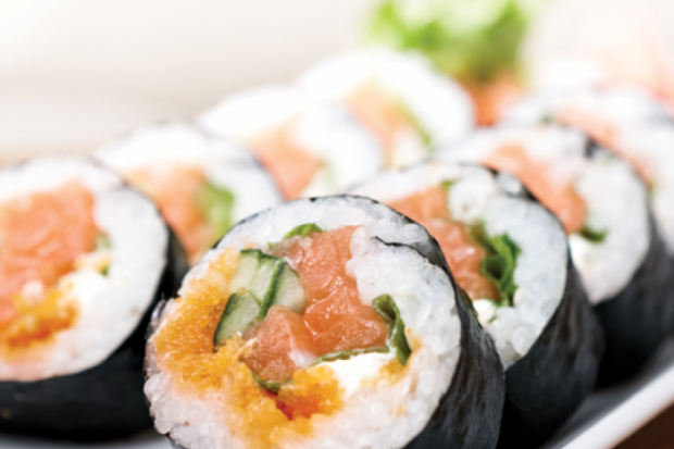 Maki suşi - düyü, nori dəniz yosunu və kürüdən ibarət Yapon yeməyi
