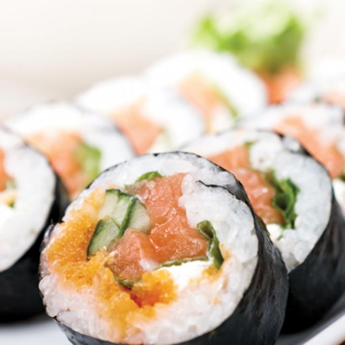 Maki sushi - japansko jelo s rižom, nori algama i kavijarom
