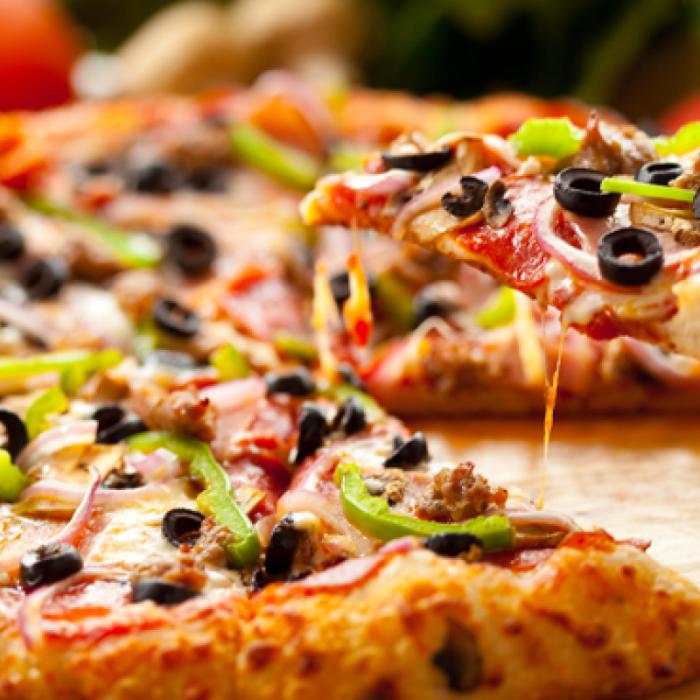 Пица с цветни чушки и маслини