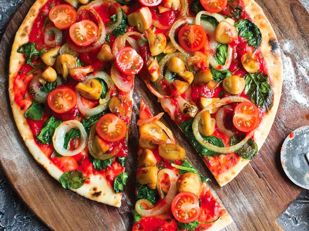 Πίτσα με σπανάκι και μανιτάρια