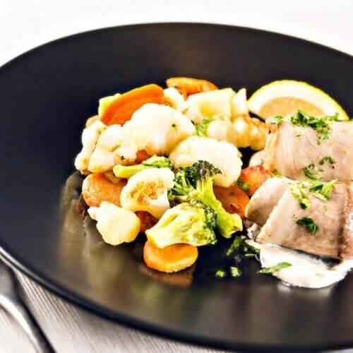 Βασιλική σαλάτα λαχανικών με φιλέτο ψαριού και σάλτσα ταρτάρ