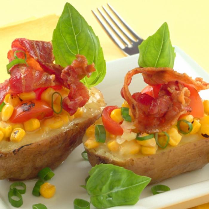 Zapečeni krumpir sa slaninom punjen mozzarellom i kukuruzom