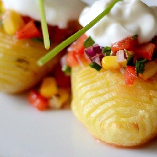 Cartofi Hasselback cu salsa de porumb dulce şi ardei