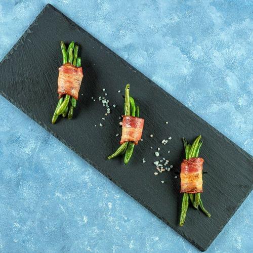 Buchețele de fasole verde învelite în bacon
