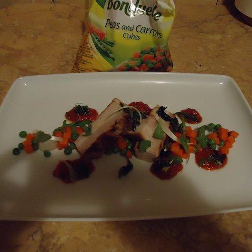 Fleică de porc cu mazăre dulce și morcovi cuburi Bonduelle, cu sos tomat românesc