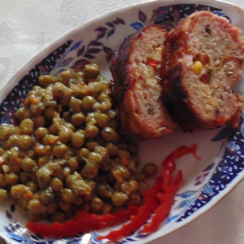 Mazăre cu chiftea în bacon
