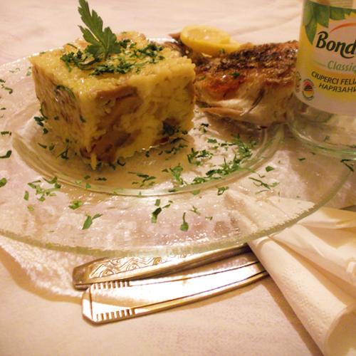 Orez cu ciuperci, curry și pește la grătar