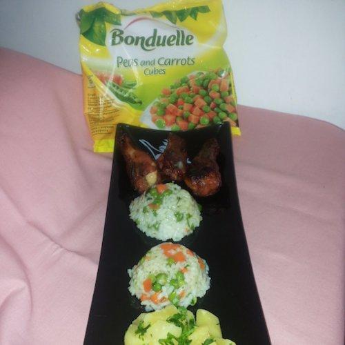 Pilaf de orez cu morcovi și mazăre, servit cu pulpe picante și cartofi natur