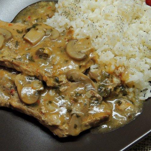 Pulpă de porc în sos de vin cu ciuperci și garnitură de orez