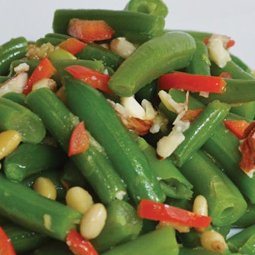 Salată caldă cu fasole verde și muguri de pin