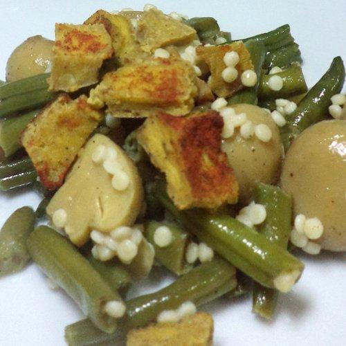 Salată caldă de fasole, ciuperci și tofu cu cuș-cuș