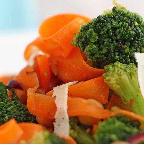Salată de broccoli cu năut și morcovi