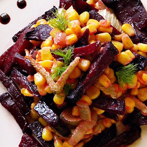 Salată de porumb cu sfeclă roşie şi fenicul caramelizat