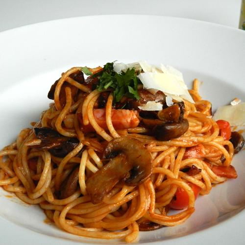 Spaghete în sos roșu cu bacon și ciuperci