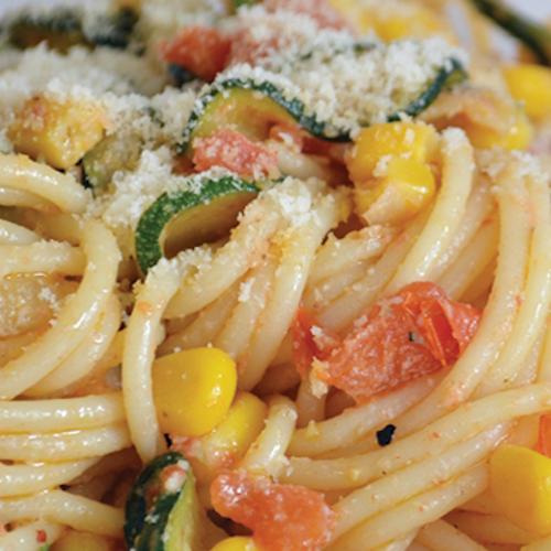 Spaghetti cu zucchini, porumb și parmezan