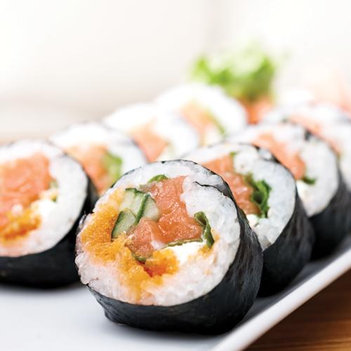 Sushi Maki cu orez, alge nori și caviar