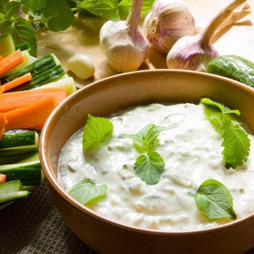 Tzatziki - sos grecesc cu iaurt, usturoi și castraveți proaspeți