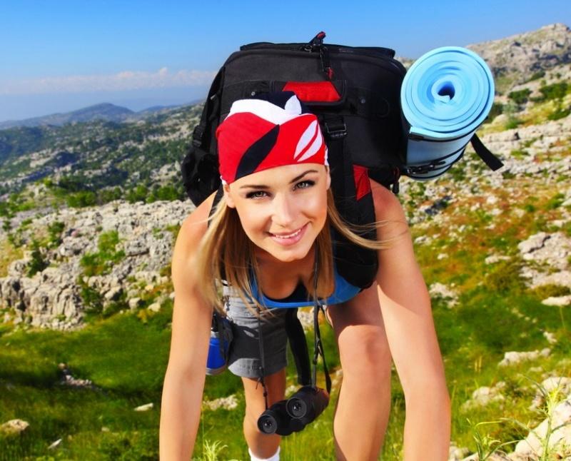 Женщина гуляет в горах