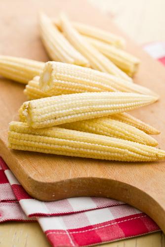 Початки кукурузы на кухонной доске