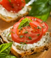 Белый сыр с помидором