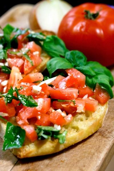 Хлеб и помидор