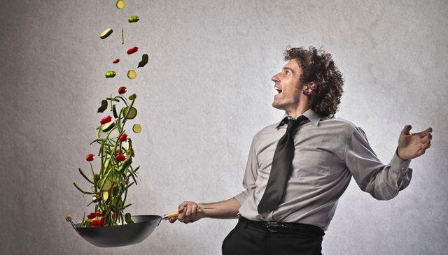 Мужчина со сковородой овощей