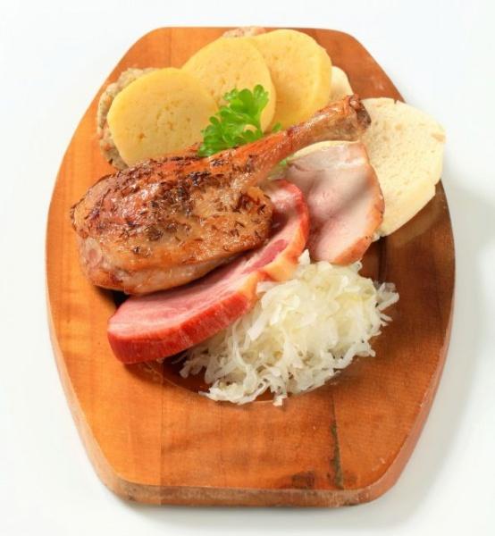 Красиво уложенная еда на кухонной доске