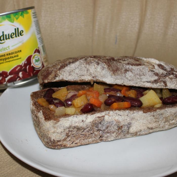 """Чили кон карне с фасолью """"Бондюэль"""" в хлебе"""