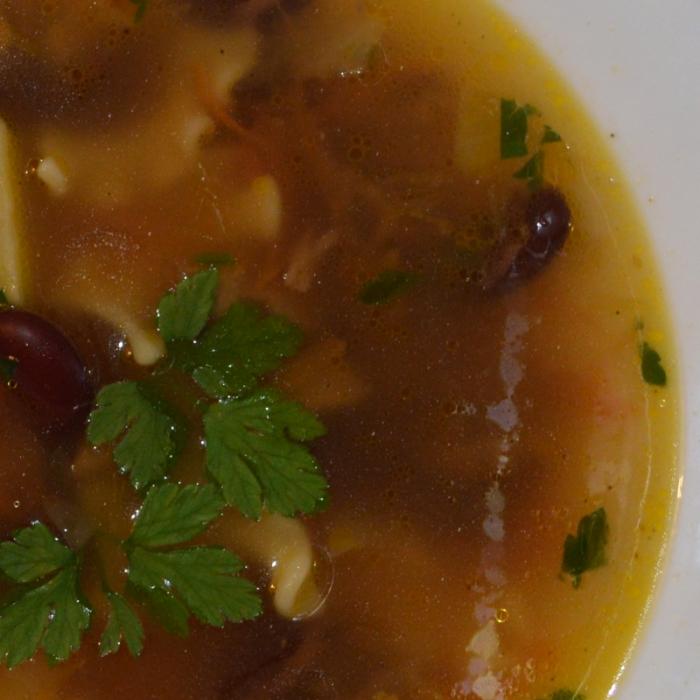 Суп с ребрышками и красной фасолью