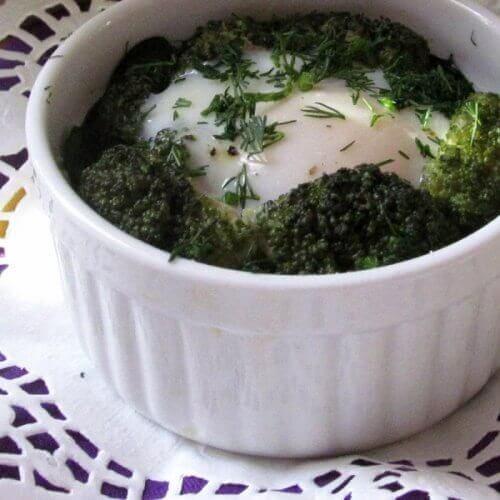 Яйца-кокот со шпинатом и брокколи
