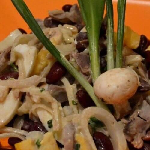 Салат из куриных желудочков с красной фасолью и черемшой