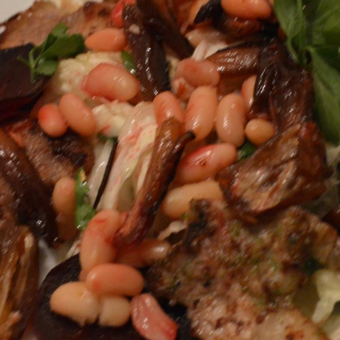 Теплый салат со свининой, финиками и фасолью