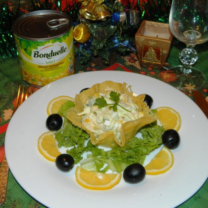 Салат из кальмаров с кукурузкой в сырной корзинке