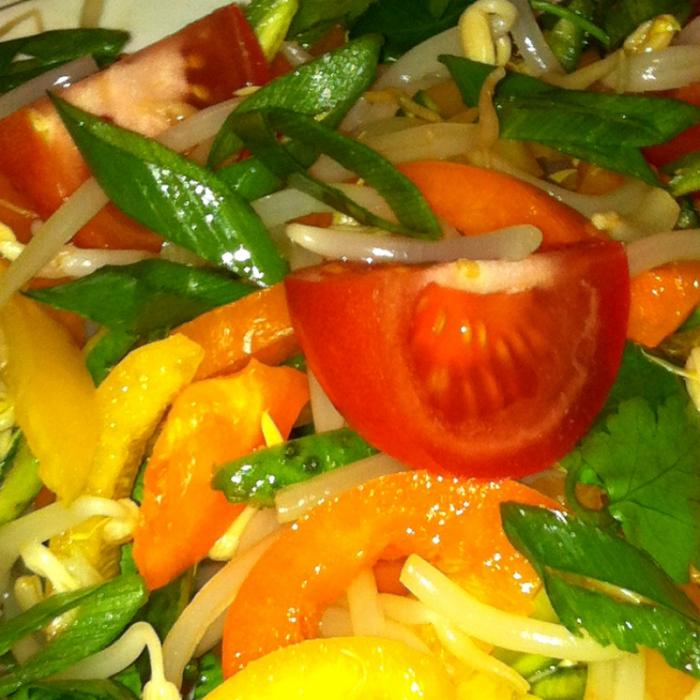 Салат с ростками фасоли Мунго