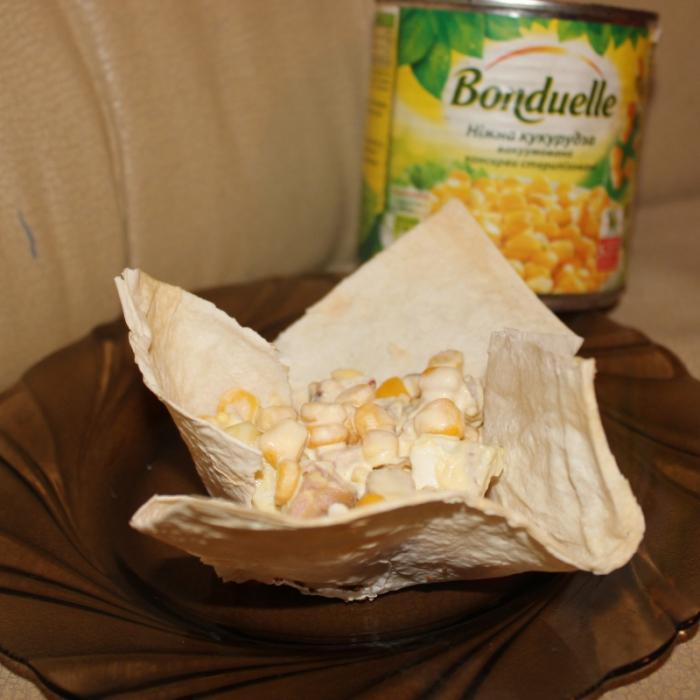 """Салат с грушей, ветчиной и кукурузой """"Бондюэль"""" в корзинке из лаваша"""
