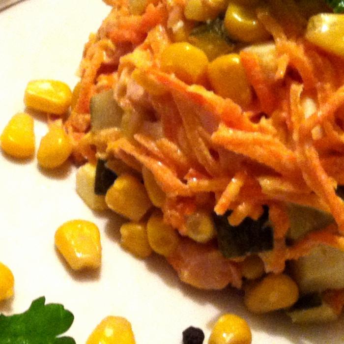 Кукурузный салат с курицей и корейской морковкой