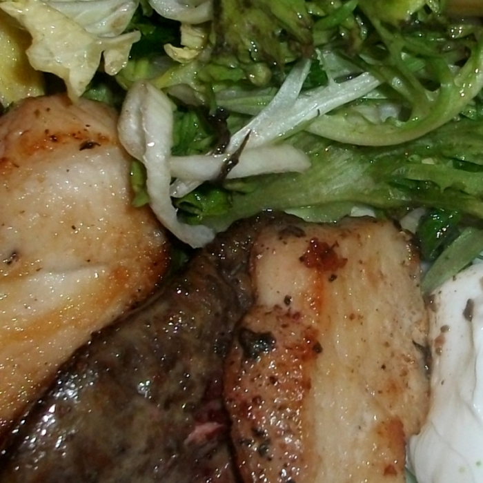 Теплый салат из куриного филе и печени