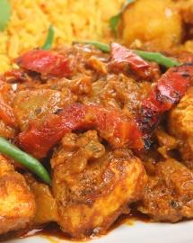 Індійський соус каррі з баклажанів та перцю крупним планом