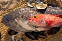 Три рибини на столі