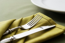 Столовий набір в зеленому кольорі поданий до столу