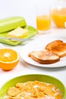 Сік, фрукти, пластівці з молоком на  білому фоні для вегетаріанської дієти