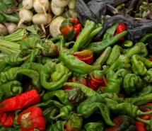 Зелені та червні овочі, перець і часник на столі