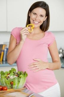 Сир, молоко, овочі та фрукти на світлому фоні для дієти при вагітності