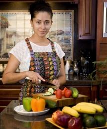 Жінка з ножем на кухні