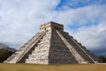 Піраміда інків на фоні неба