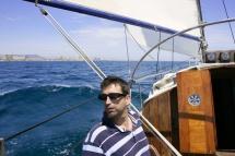 Капітан на яхті виходить в море наодинці