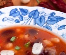 Червоний суп з квасолею у тарілці