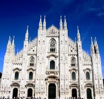 Готичний храм в Мілані зі шпилями на фоні неба