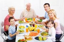 Вся родина на кухні за столом