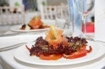 Тарілка з лососем та закусками подана в ресторані